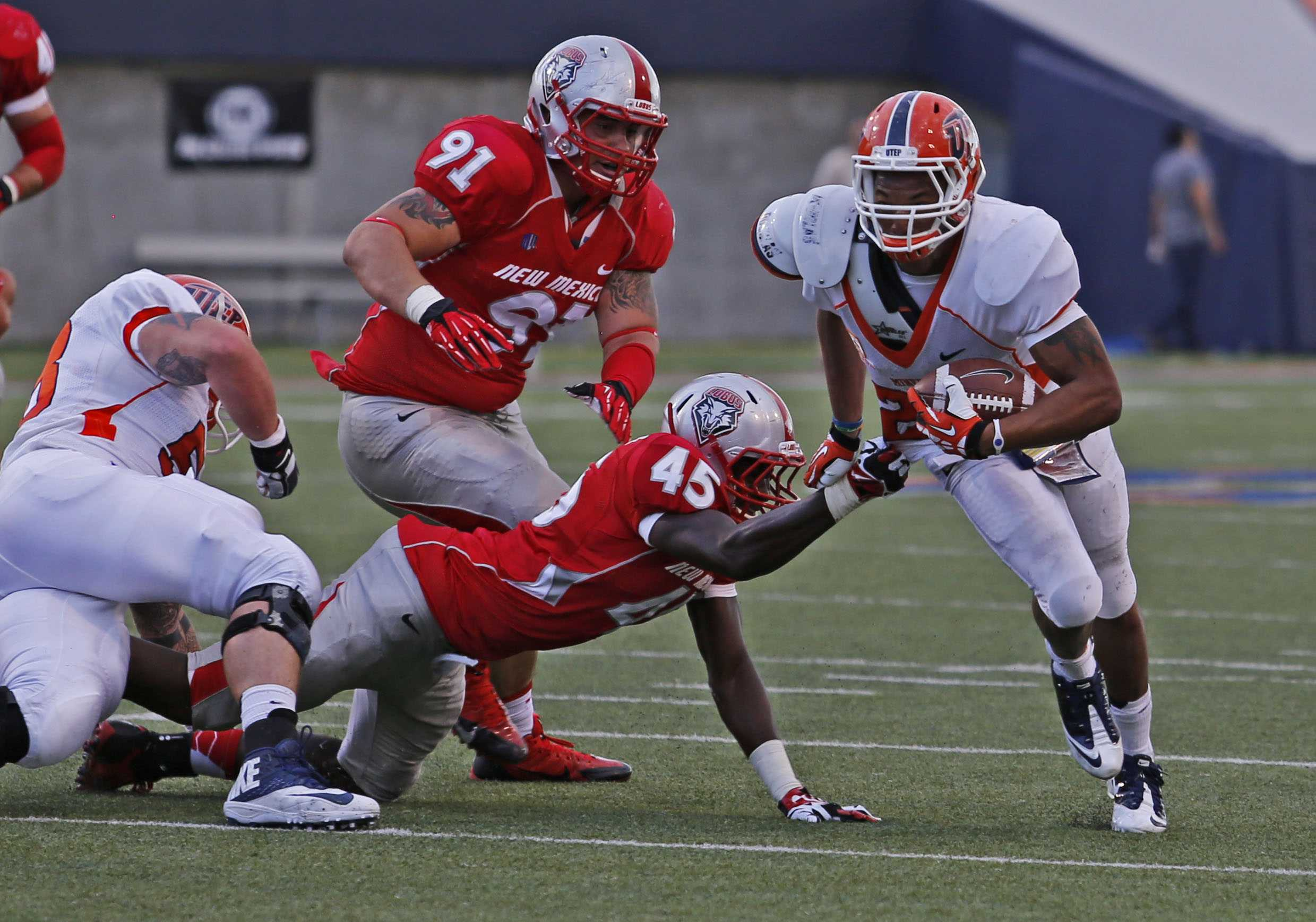 Junior running back Nathan Jeffery escapes two Lobos defenders during the first quarter.
