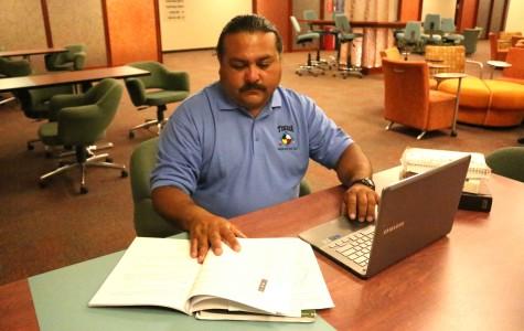 Ricardo Quezada, estudiante de antropología, estudia para sus clases en la Union ala Este.
