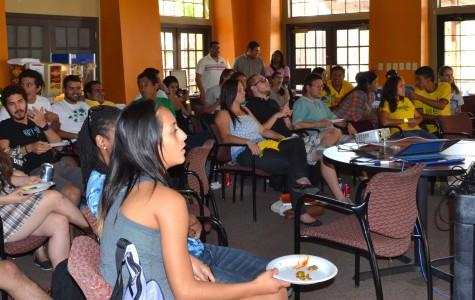 Estudiantes se reunen en Summit Hall para ver los partidos de la Copa Munial.