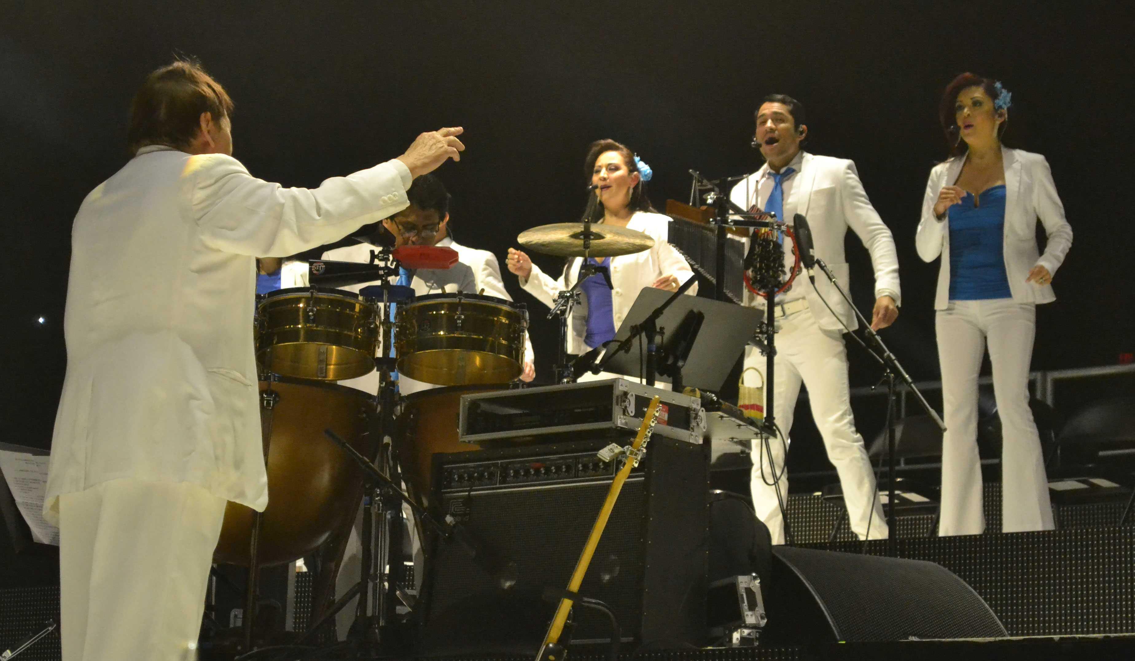 Juan+Gabriel+shakes+it+all+off+