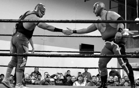 El Tiburon and El Ilegal shake hands before their match.
