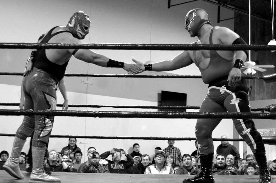 El Tiburon and El Ilegal shake hands before their match.