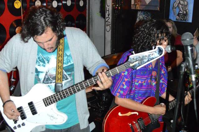 Angel Ramirez y Sergio Hernandez integrantes de Flamel tocan en un concierto.