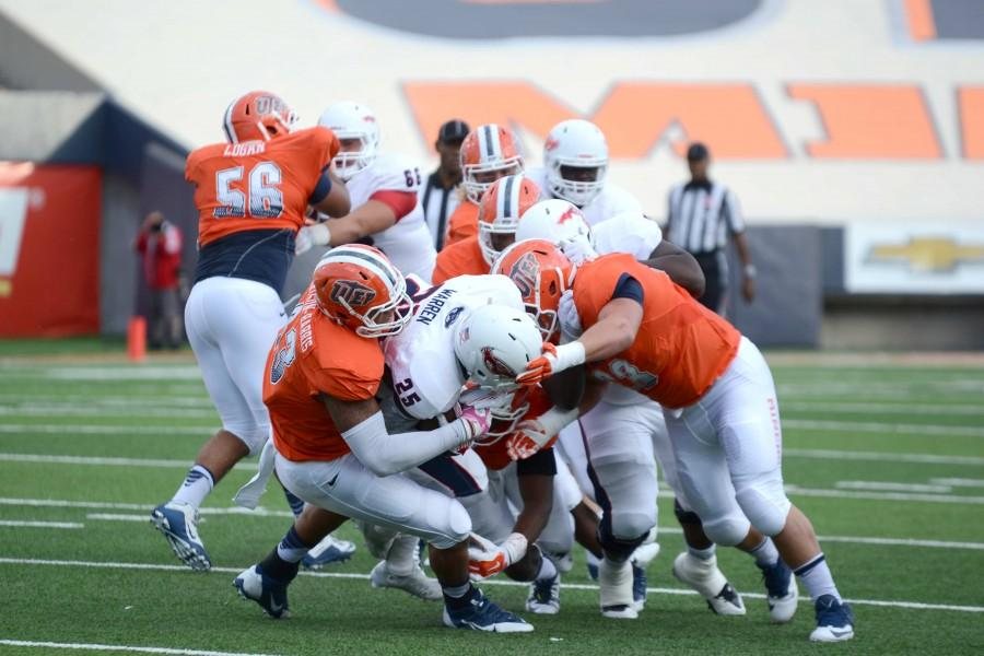 Three UTEP Miner football players take down an FAU running back for a loss.