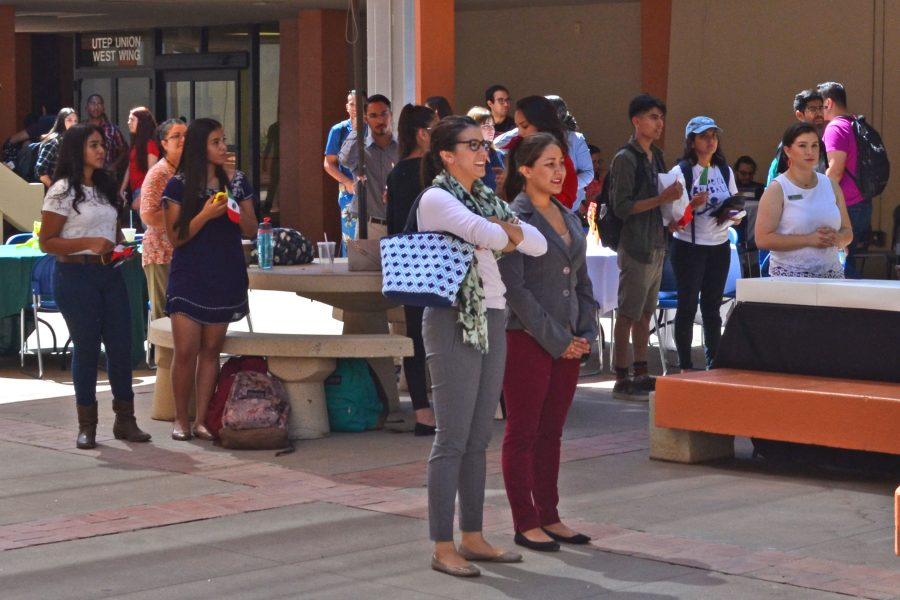 UTEP+students+watch+the+El+Grito+ceremony.
