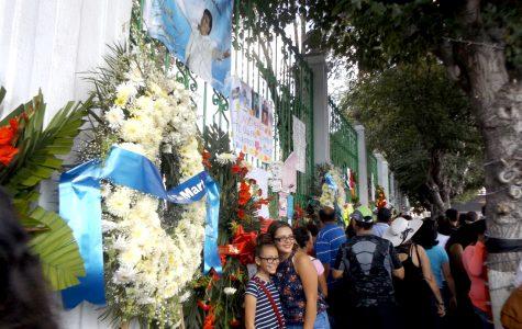 Fans de Juan Gabriel fuera de su casa.