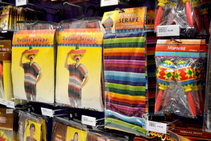 Disfraces catalogados como mexicanos se venden en tiendas como Party City.