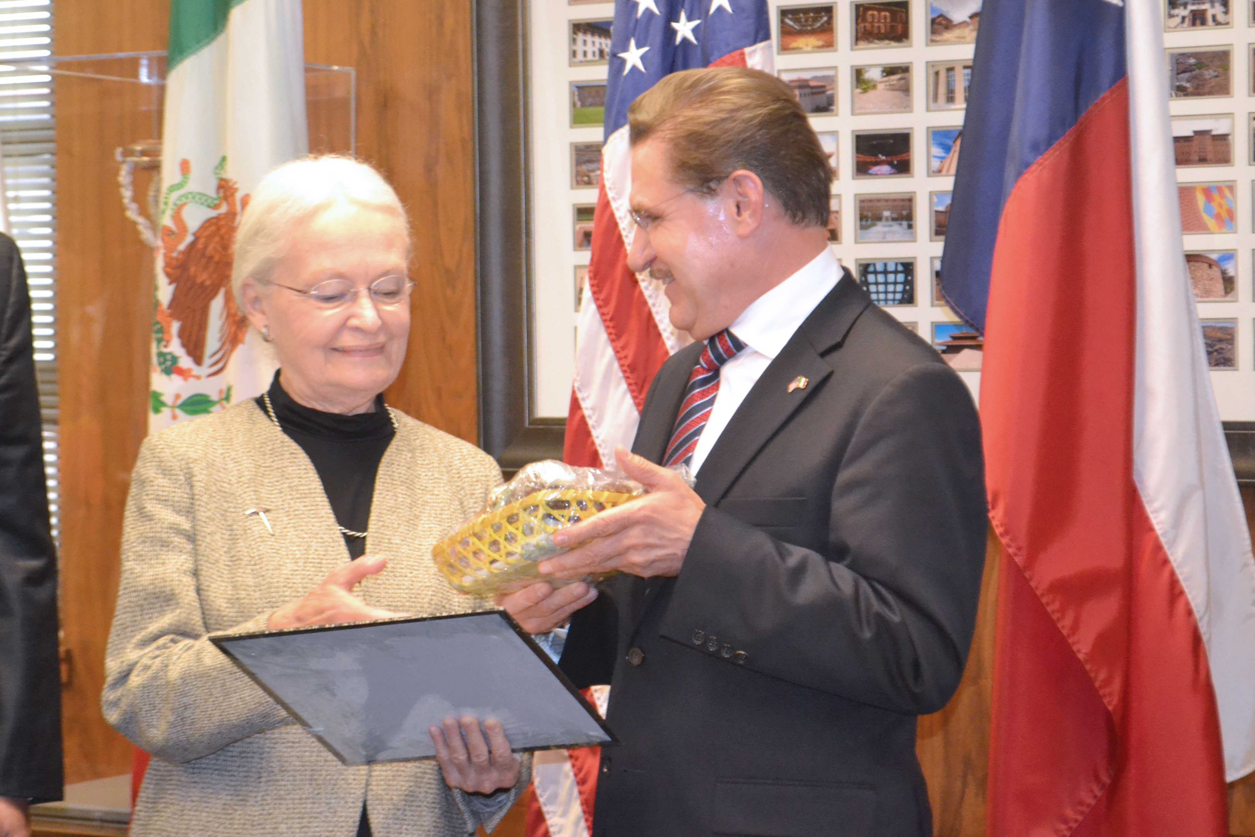 President Dr. Natalicio received traditional candy from the governor of Durango 11/03/2016
