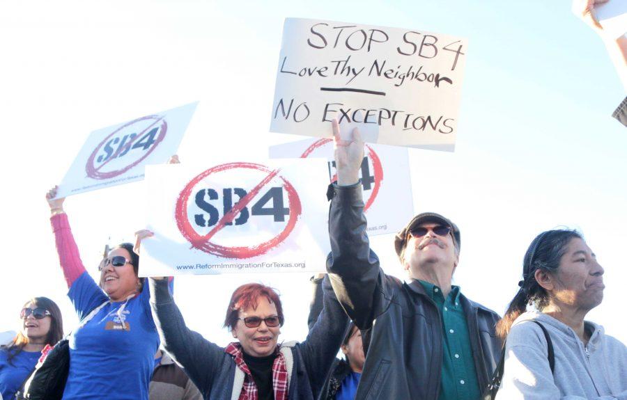 Protestors+object+to+Gov.+Abbott%E2%80%99s+visit