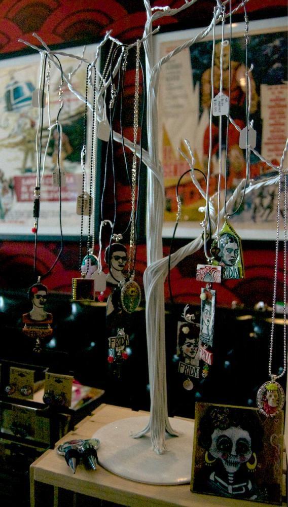Los vendedores establecen sus arte inspiradas por Frida para la venta.