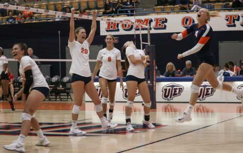 Women's volleyball sneaks past Youngstown State to earn first win