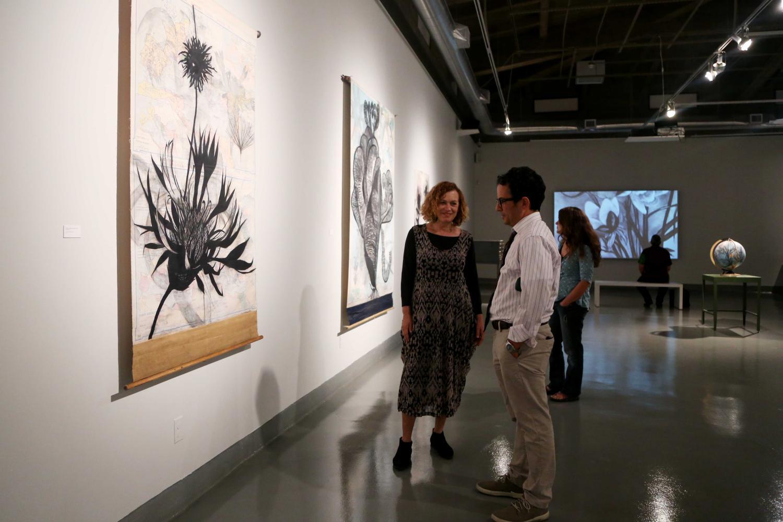 Suzi+Davidoff+talks+to+art+history+professor+Dr.+Max+Grossman+about+her+charcoal+series.+