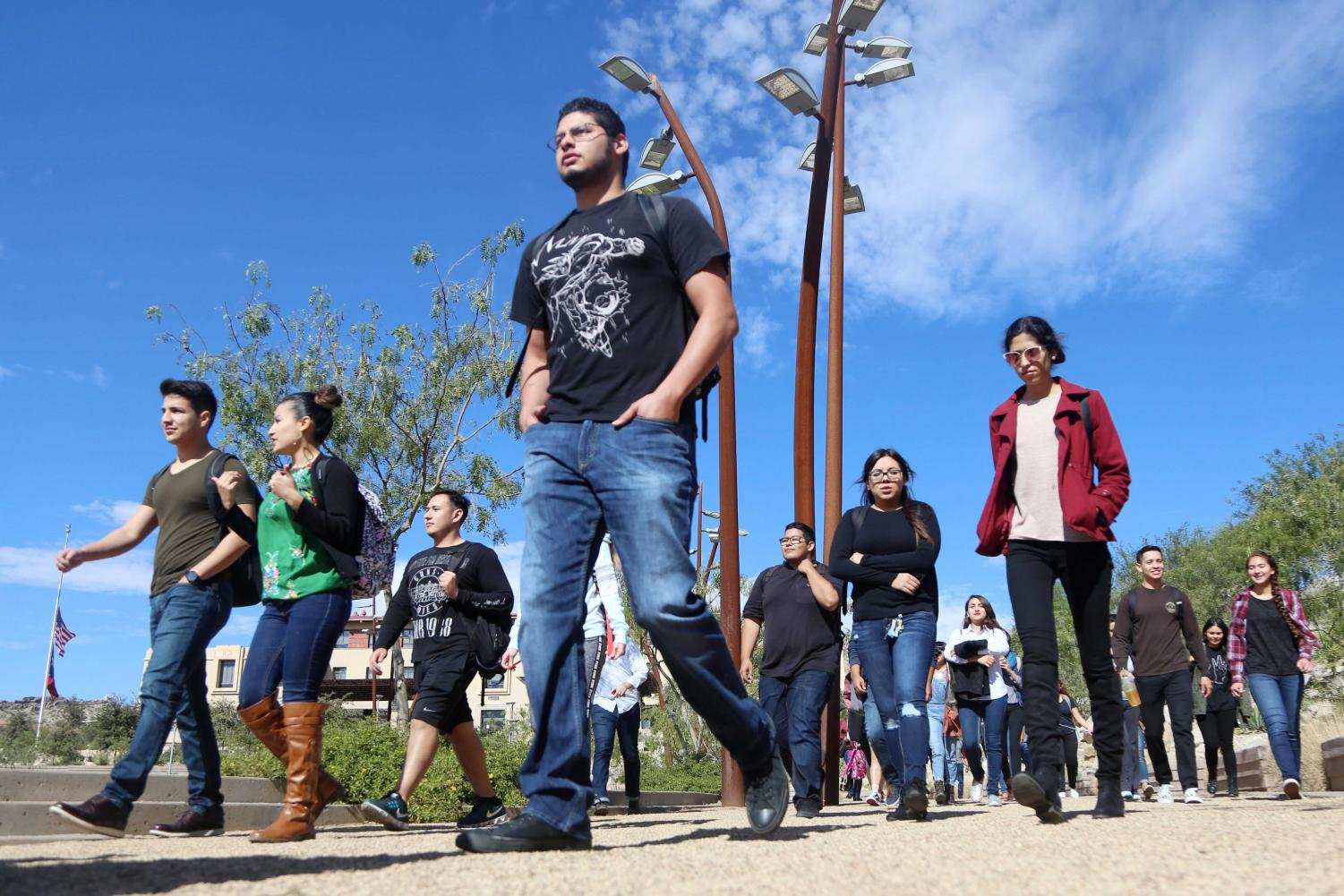 Students+walk+out+in+support+of+the+Dream+Act+and+DACA+recipients.+