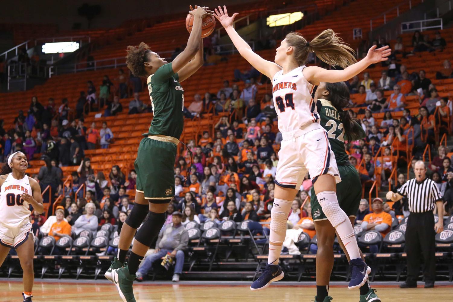 Sophomore+guard+Katarina+Zec+attempts+to+block+the+Charlotte+49ers.+