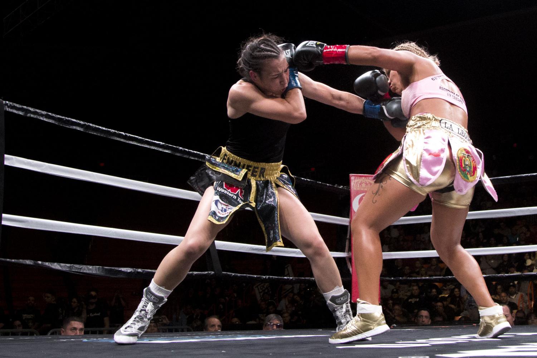 Jennifer+Han+blocks+Lizbeth+Crespo+punches+as+she+retains+the+IBF+World+Featherweight+title.+