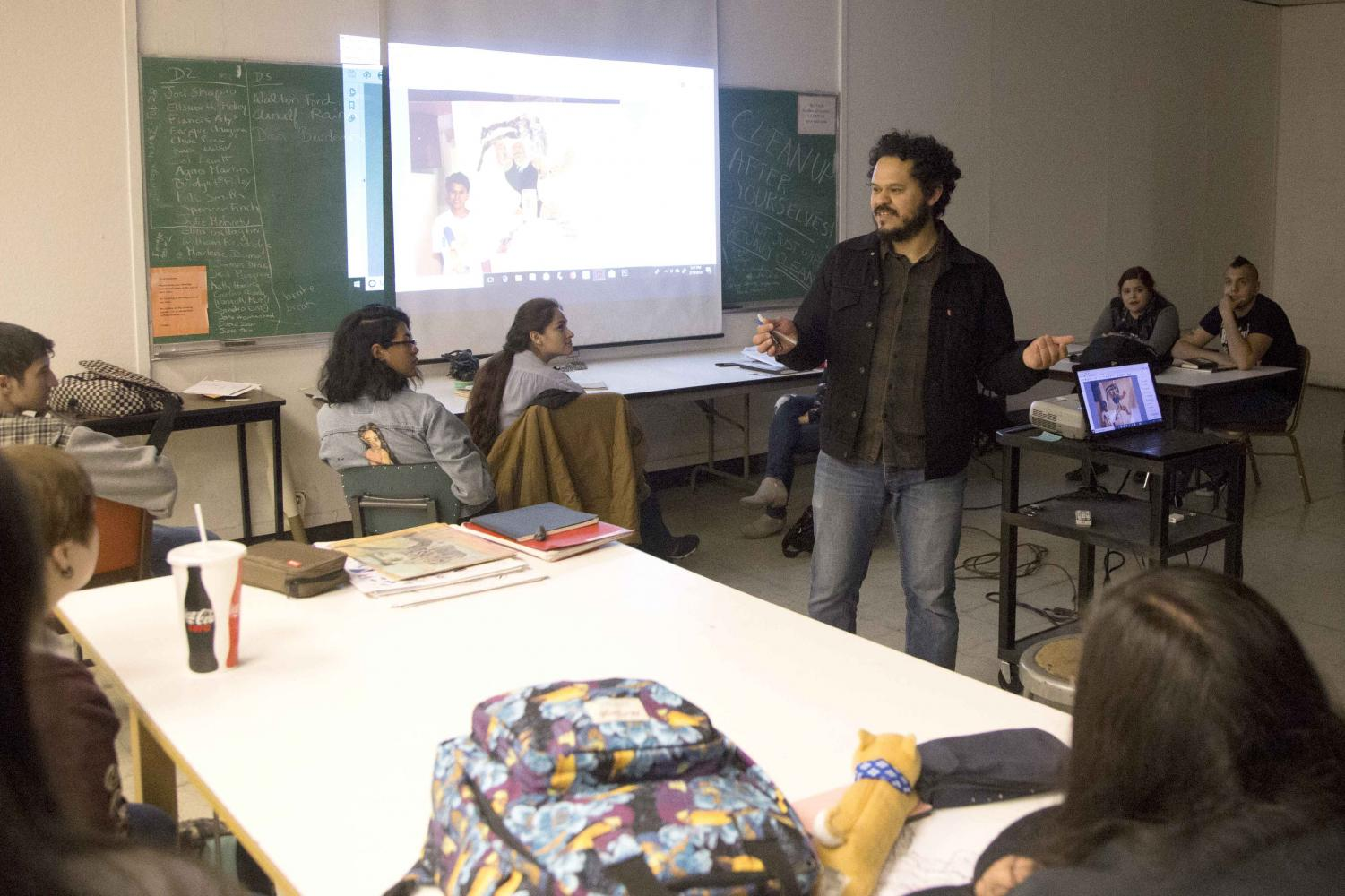 Raul Gonzalez, a DoArt alumnus, speaks to drawing students. Gonzalez also hosted one-on-one critiques.