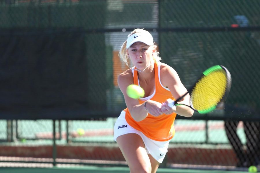Louis+Wagenvoort+returns+a+backhand+shot+against+UTPB+on+Saturday+afternoon+at+the+El+Paso+Tennis+Club.