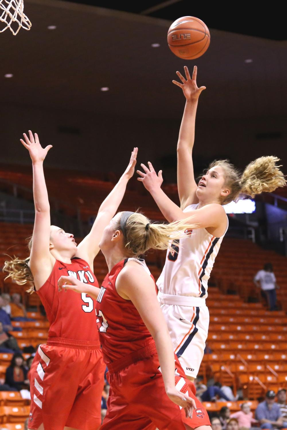 Sophomore+forward+Zuzanna+Puc+drives+to+the+lane+for+two+on+Saturday%2C+March+3+at+the+Don+Haskins+Center.