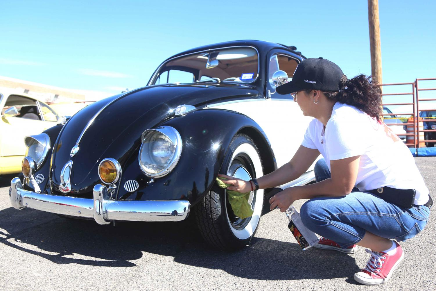 Participant+cleans+her+Volkswagen+before+the+car+show+at+ElBugO+in+ElPasO+on+Sunday%2C+April+8+at+the+County+Coliseum.