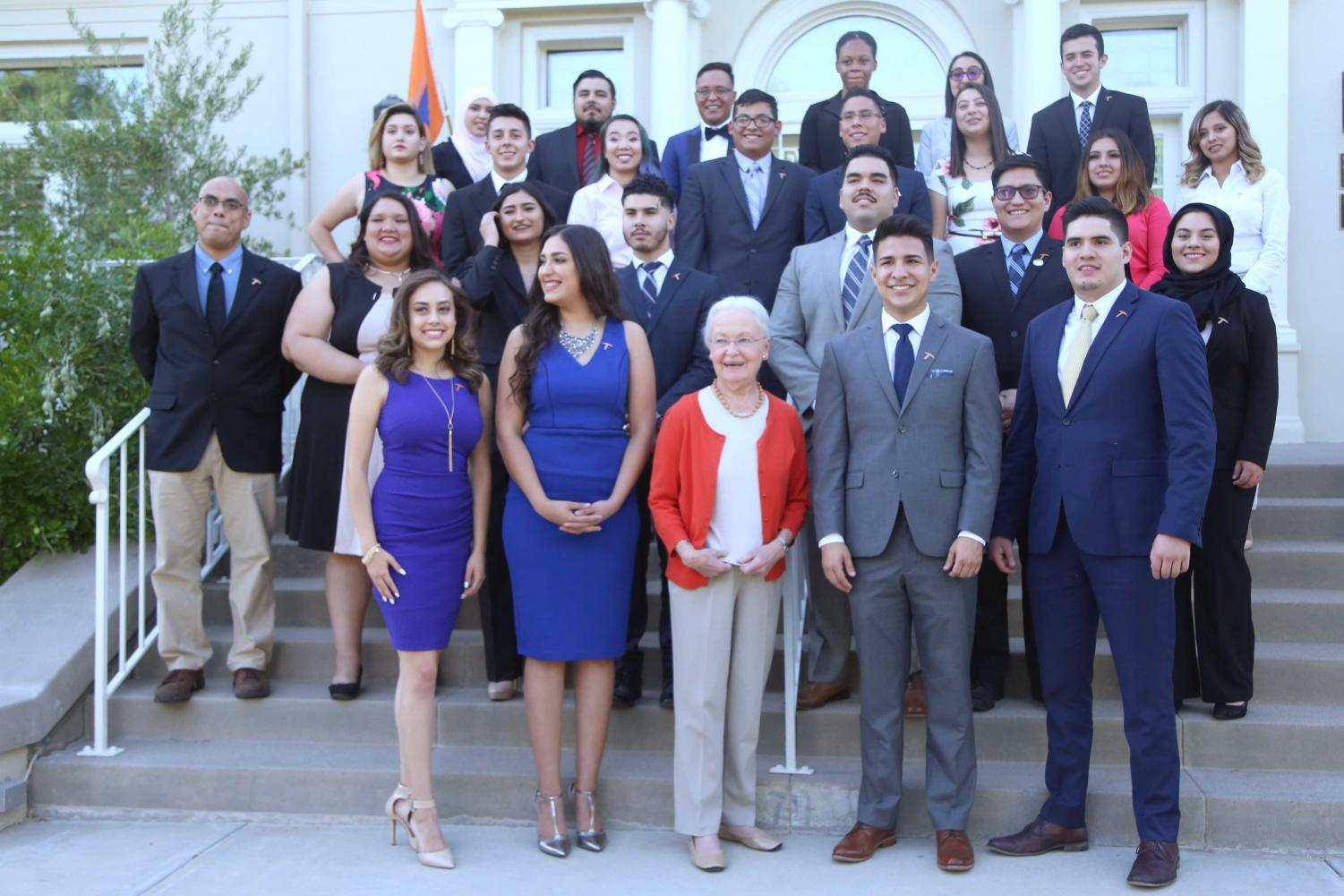 President+Dr.+Diana++Natalicio+poses+with+the+newly+elected+senators%2C+president%2C+vice-presidents+and+executive+assistant+infornt+of+the+Hoover+House+on+Wednesday+May+23.