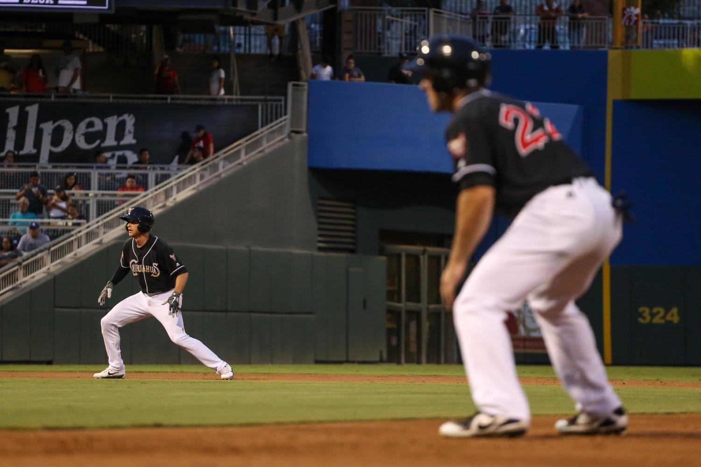 El+Paso+Chihuahuas+center+fielder+Matt+Szczur+and+prepare+to+steal+the+bases.