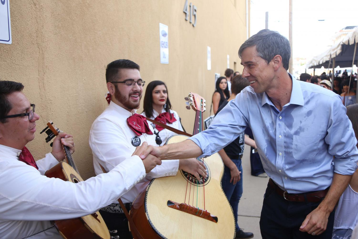Congressmen+Beto+O%27Rourke+greets+members+of+Mariachi+Estrella+de+El+Paso.+