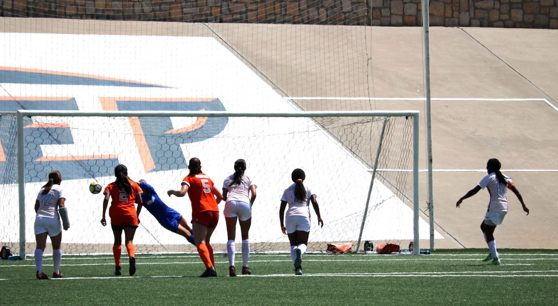 Junior+Lauren+Crenshaw+makes+the+first+penalty+kick+goal.