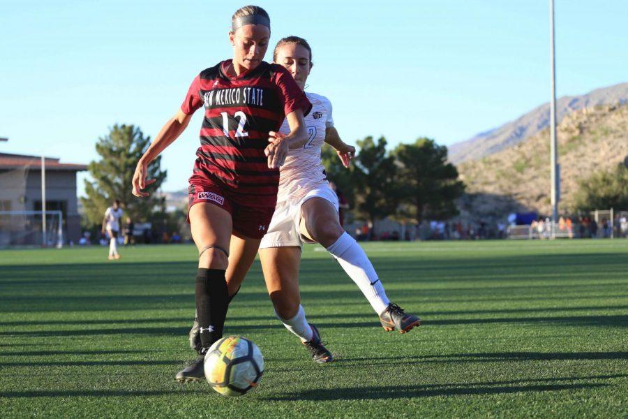 NMSU+junior+defender+Kelly+Burton+runs+the+ball+down+the+field.+