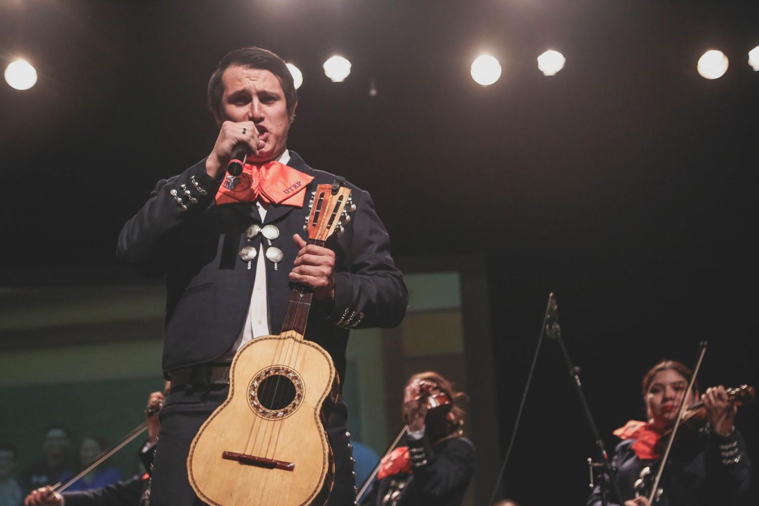Mariachi+los+Mineros+play+some+songs+before+congressman+Beto+O%27Rourke+takes+the+stage+at+the+Magoffin+Auditorium+for+his+final+rally+before+election+day+on+Monday%2C+Nov.+5.+