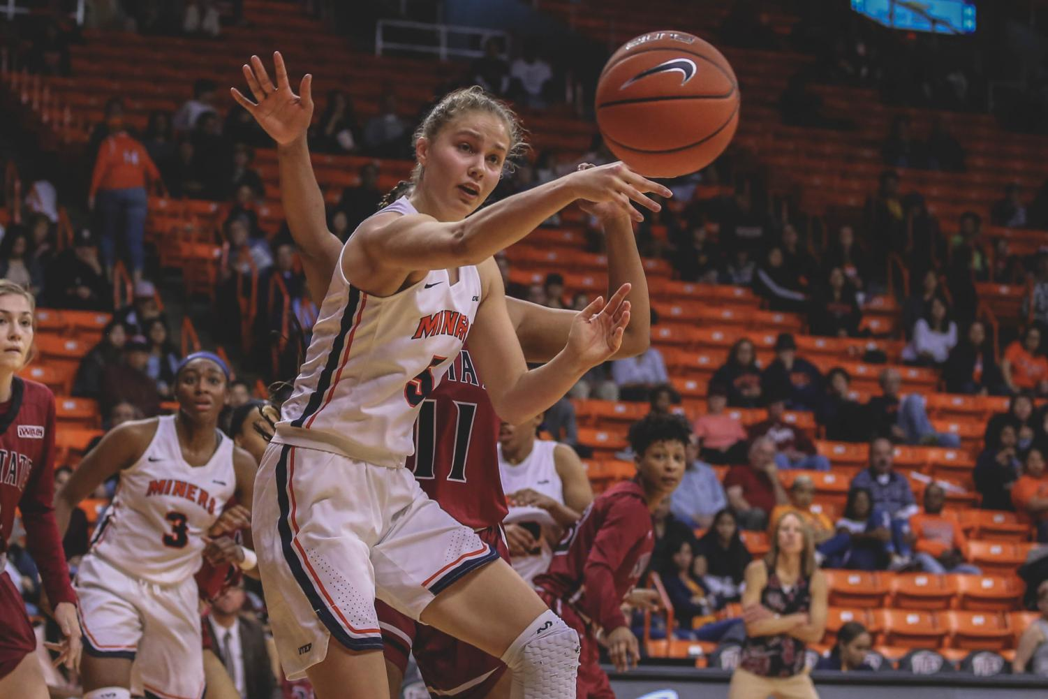 Zuzanna+Puc+gets+the+and-one+opportunity+as+she+had+her+second+consecutive+double-double+with+17+points+and+10+rebounds.+