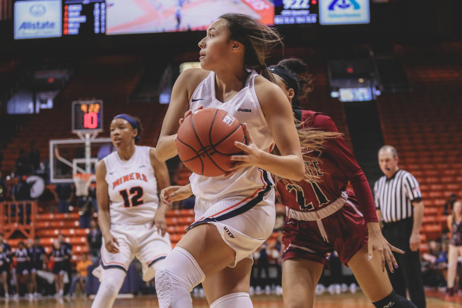 Sophomore+guard+Alexa+Hoy+drives+to+the+hole+at+a+game+against+the+NMSU+Aggies.+
