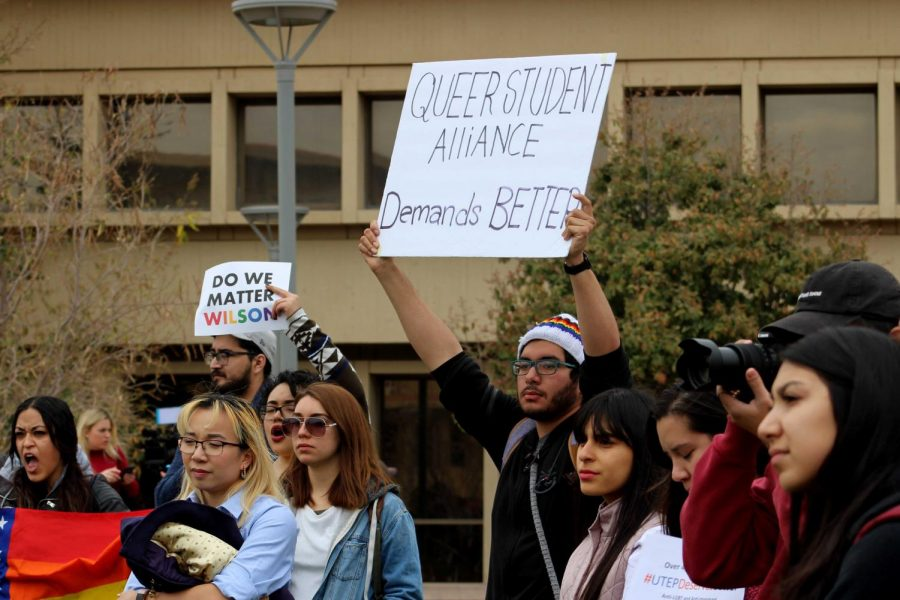 Students+protest+against+Heather+Wilson+at+UTEP