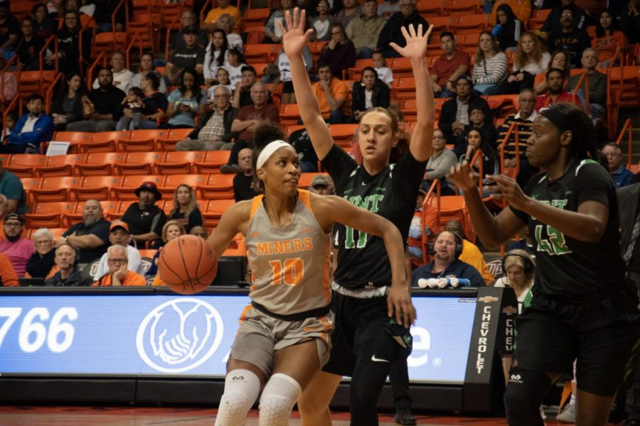 UTEP+senior+forward+Jade+Rochelle+makes+a+move+to+basket+versus+North+Texas+at+the+Don+Haskins+Center.
