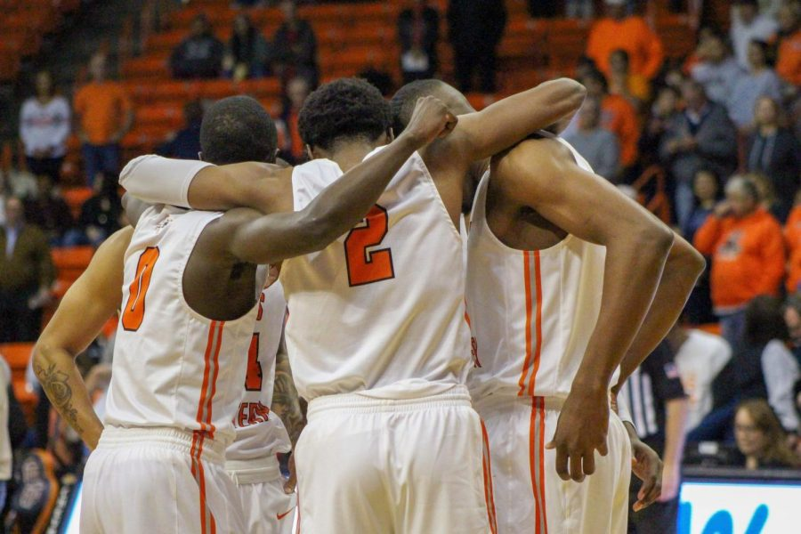 The+UTEP+men%27s+basketball+team+gathers+in+a+huddle+at+the+Don+Haskins+Center.