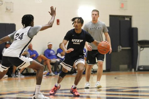 Kezza Giffa dribbles down the court during practice on October 7, 2021.